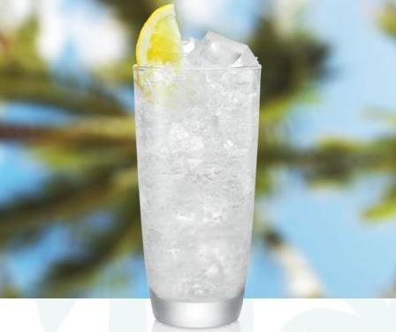 coctel malibu tonic